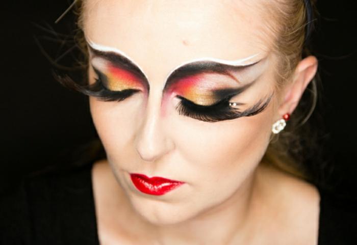 ideas para halloween, enormes pestañas postizas, párpados en tres colores, labial rojo brillante