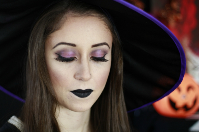ideas para halloween, bruja en lila y negro, labial negro , pestañas largas y negras, piel pálida
