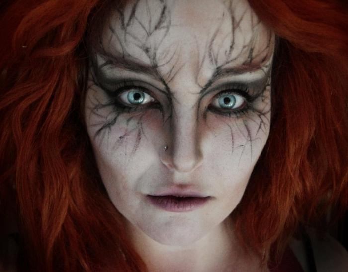 bruja halloween, lentes de contacto, maquillaje fácil con base muy clara y decoración alrededor de los ojos