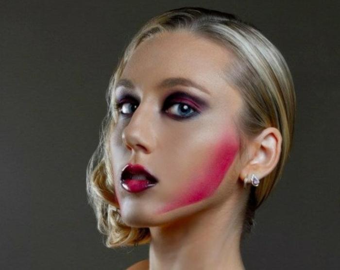 bruja halloween, pómulos destacados en rojo, labial brillante, párpados ahumados en negro y rojo