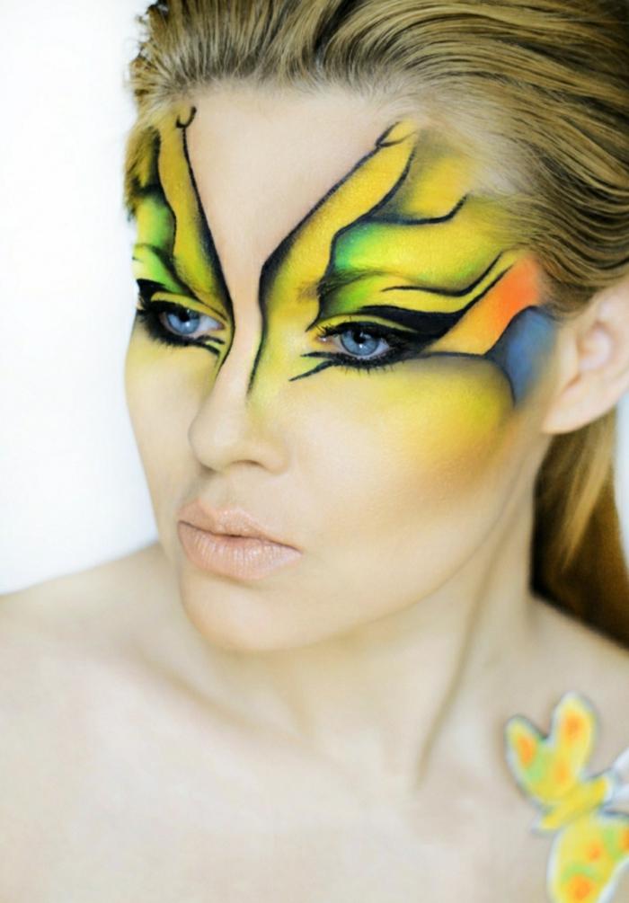 maquillaje halloween mujer, bonita decoración en múltiples colores, ojos marcados con lápiz negro, labios pálidos