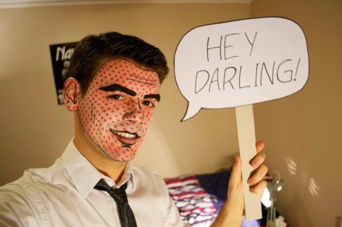 maquillaje zombie, hombre maquillado como personaje de comic con mensaje Hey darling