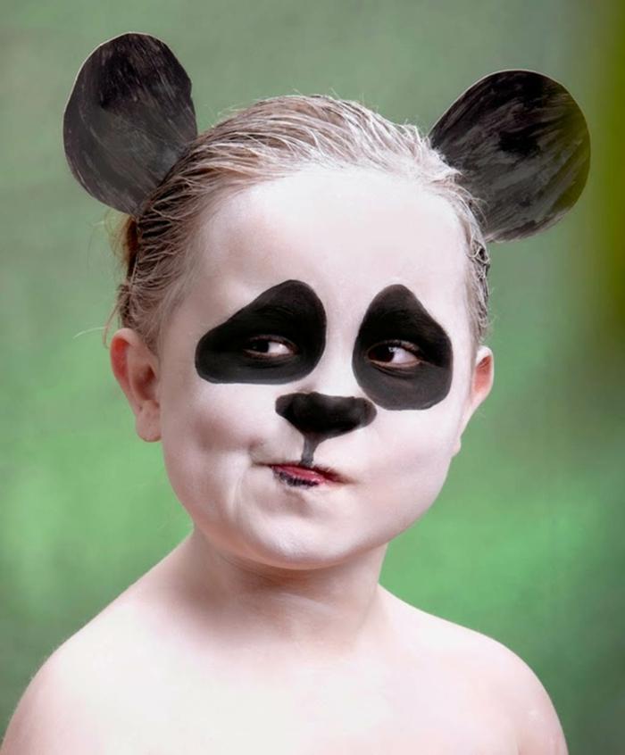 maquillaje halloween niños, niña con orejas de cartón negras maquillada como un oso panda