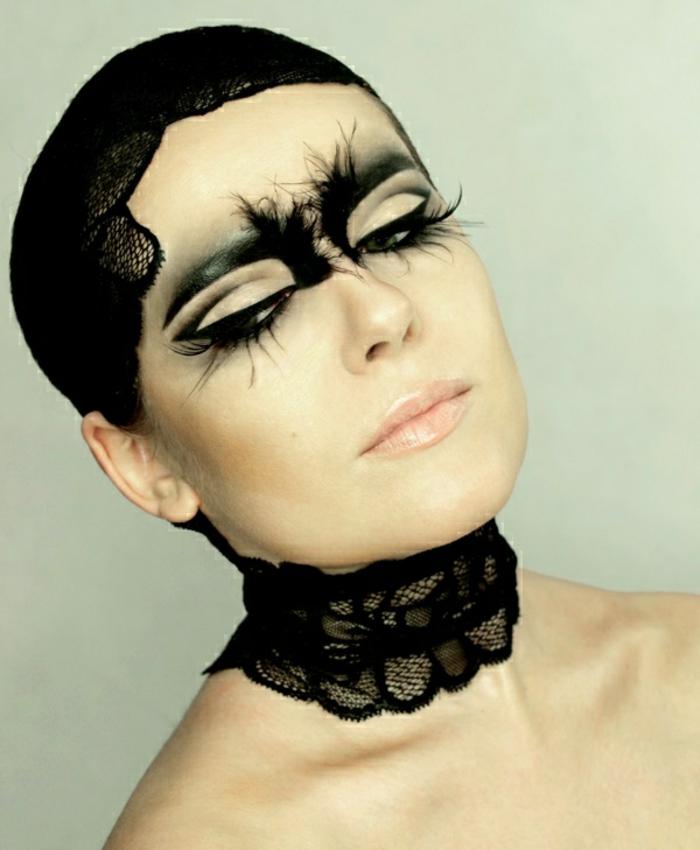 maquillaje de hallowen, bruja inspirada del cisne negro, pestañas postizas de plumas, ojos con efecto gato, delineador líquido