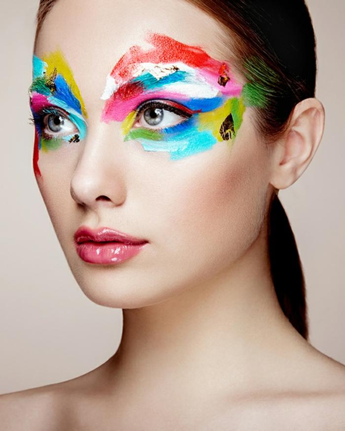 maquillaje para halloween, maqullaje colorido para mujer con círculo alrededor de los ojos