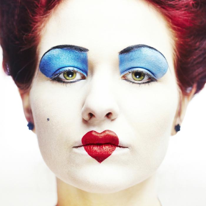 maquillaje vampiresa, maquillaje reina de corazones para mujer con zorazón rojo en los labios