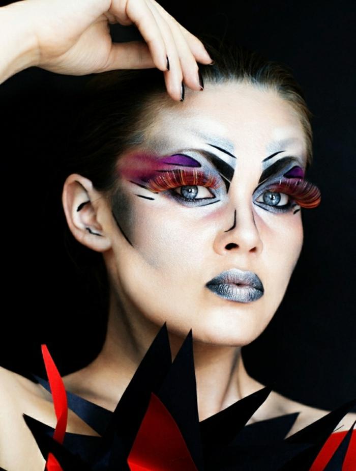 maquillaje sencillo, toque vanguardista, pestañas postizas largas y gruesas, líneas simétricas, labios en color plata