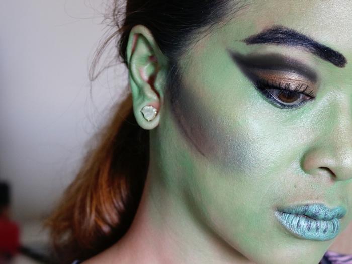 maquillaje sencillo, bruja con rostro verde, labios en azul, ojos con efecto gato y cejas marcadas en negro