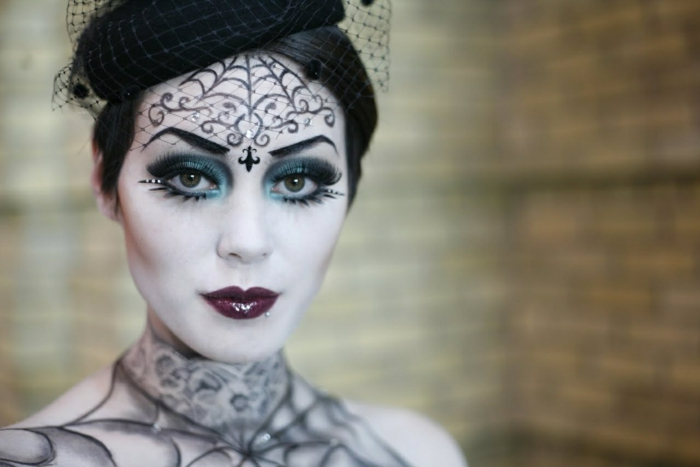 maquillaje para halloween, bruja oscura, ornamentos en la frente con lápiz negro, ojos resaltados en verde