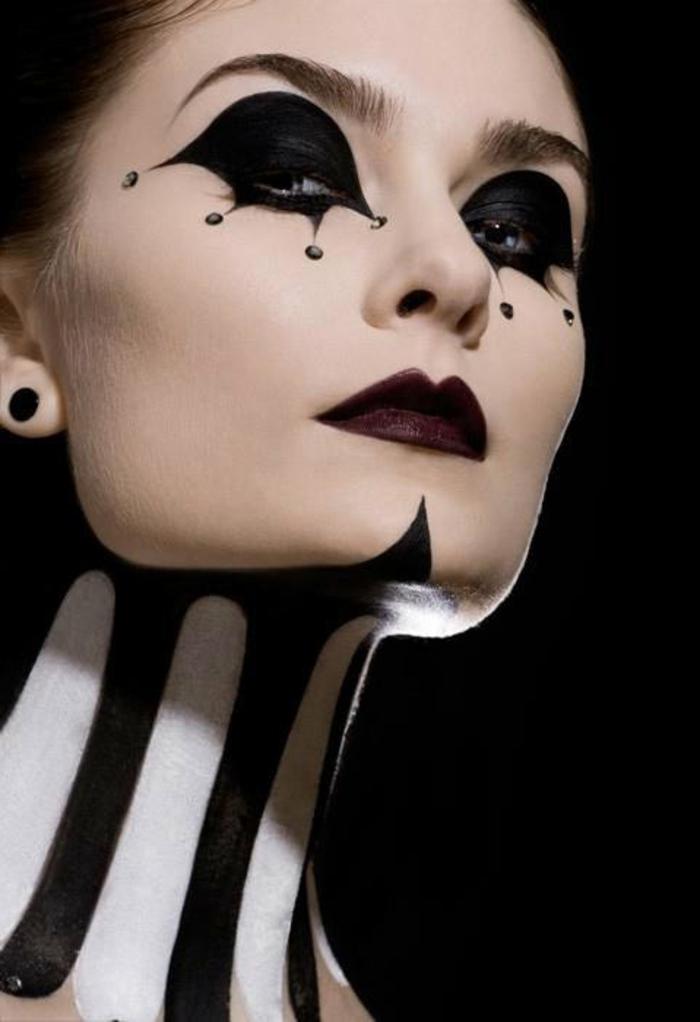 maquillaje para halloween, cara de payaso, decoración en la cara y el cuello en blanco y negro