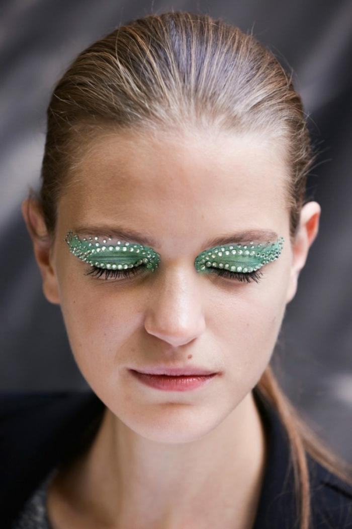 maquillaje zombie, mujer con párpados pintados en verde con piedras brillantes