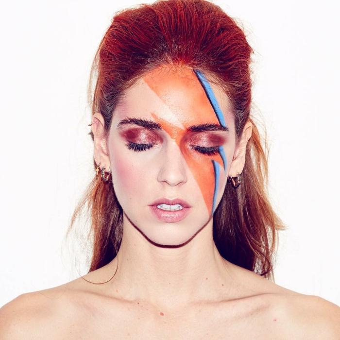 maquillaje zombie, mujer pelirroja maquillada con el rayo de David Bowie