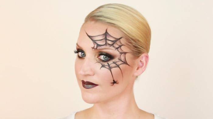 maquillaje novia cadaver, mujer con maquillaje telaraña alrededor del ojo, pelo rubio y labios carmín