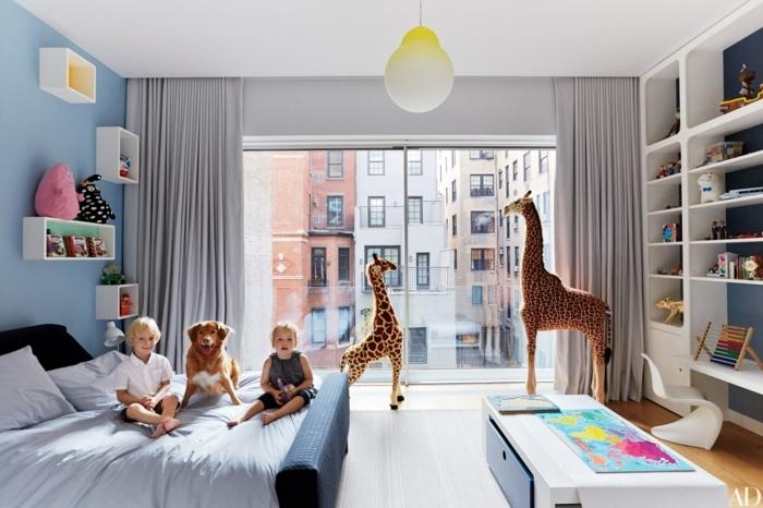 habitaciones infantiles, habitación con cama doble, niños y perro, peluches girafas, estantería blanca
