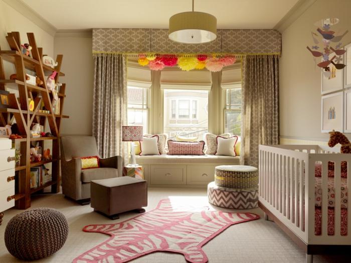 dormitorios juveniles baratos, habitación de bebé con litera blanca, sofá con cojines, estantería madera, tapete y turcas