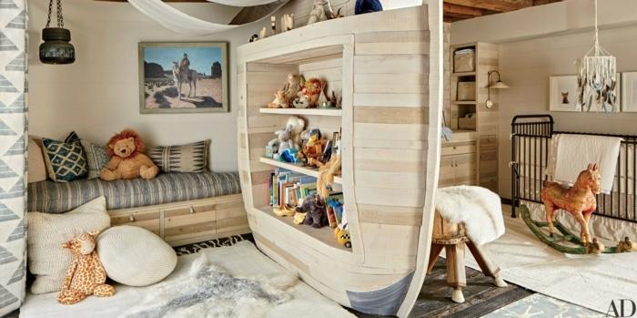 habitaciones infantiles, habitación de madera con dos partes, sofá y estantería, peluches y juguetes