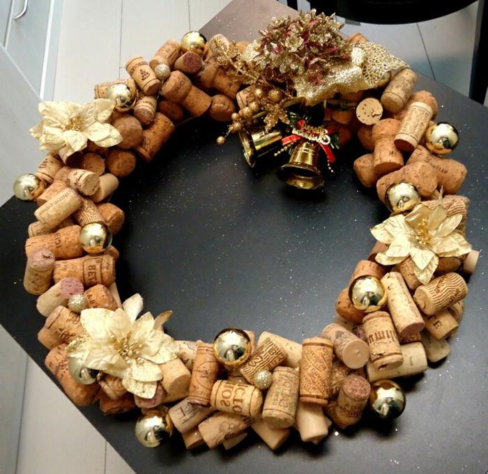 adornos navideños caseros, guirlanda de tapas, flores relumbrantes, campañas doradas