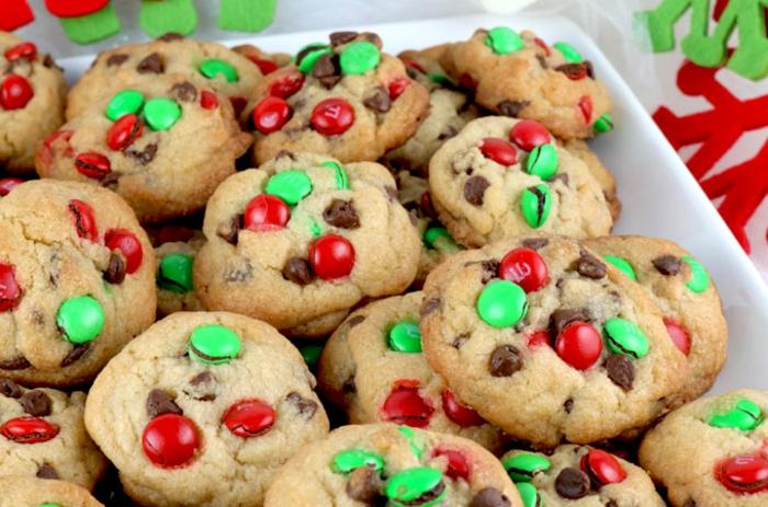 adornos navideños caseros, pasteles adornados, bonbones de rojo y verde