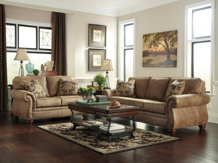 ideas decoracion, salon rústico con mesa, dos sofás con cojines y alfombra