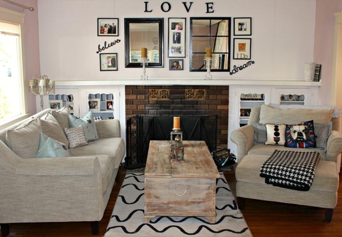 decoracion de salones, salón peqeuño con sofá y sillón gris, mesa de madera rústica, espejos y fotos, chimenea de ladrillo