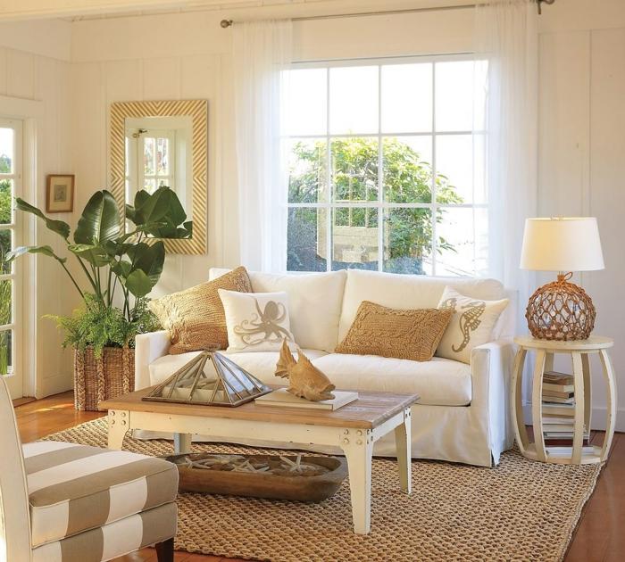 decoracion de salones, sal'on peque;o en blanco y dorado, ventana grande y espejo, tapete tejido, sof'a con cojines
