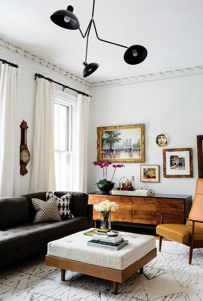 decoracion de salones, salón pequeño con sofá negro, alacena de madera, ventanas grandes y cortinas blancas