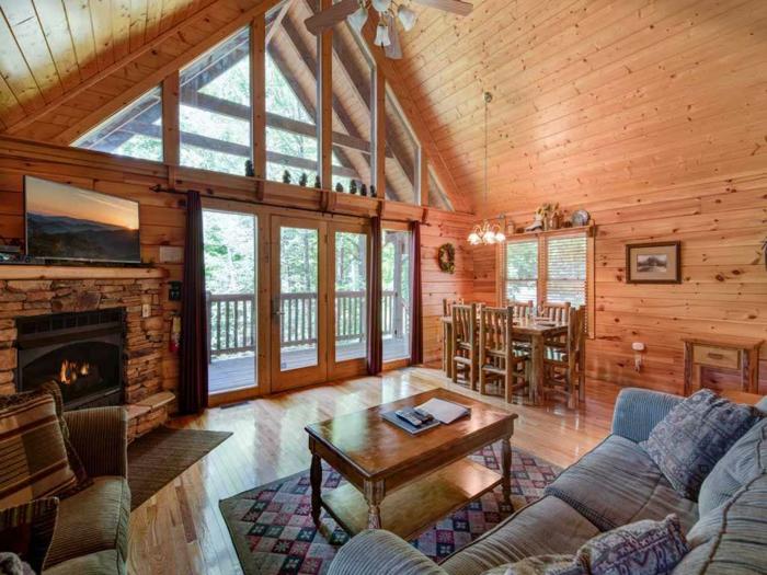 decoracion de salones, salon rustico con chimenea, mesa y sofá, comedor madera
