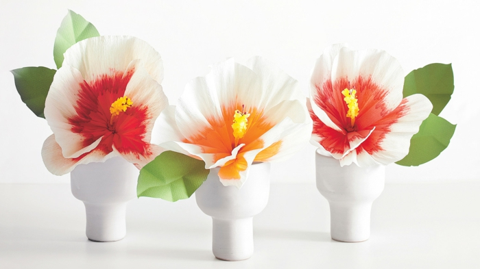 manualidades paso a paso, flores de papel en banco, rojo y naranja en pequeñas jarras de porcelana