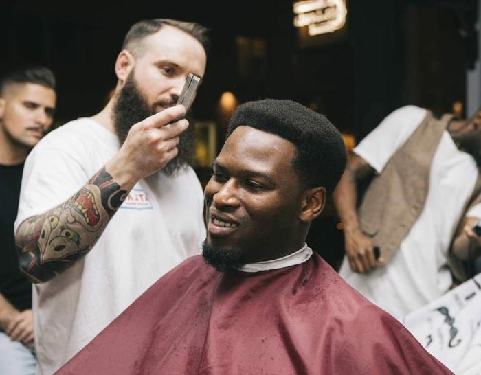 tendencias pelo 2018, cabello afro muy denso, longitud media, barba pequeña con forma cónica
