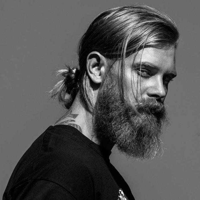tendencias pelo 2018, pelo largo y claro, recogido en la nuca, barba larga y grande con toque varonil