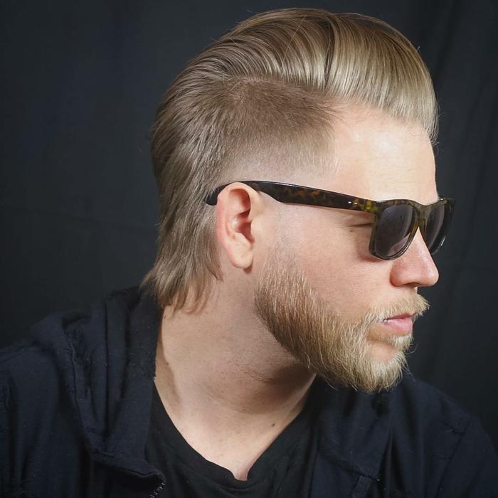 peinados hombre, pelo y barba rubios lisos, larga franja peinada hacia atrás