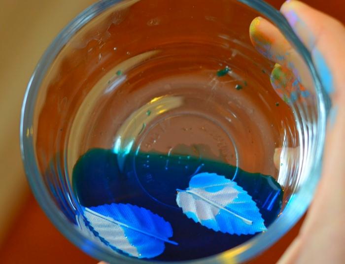 talleres para niños, teñir pequeñas halas, pintura de agua color azul