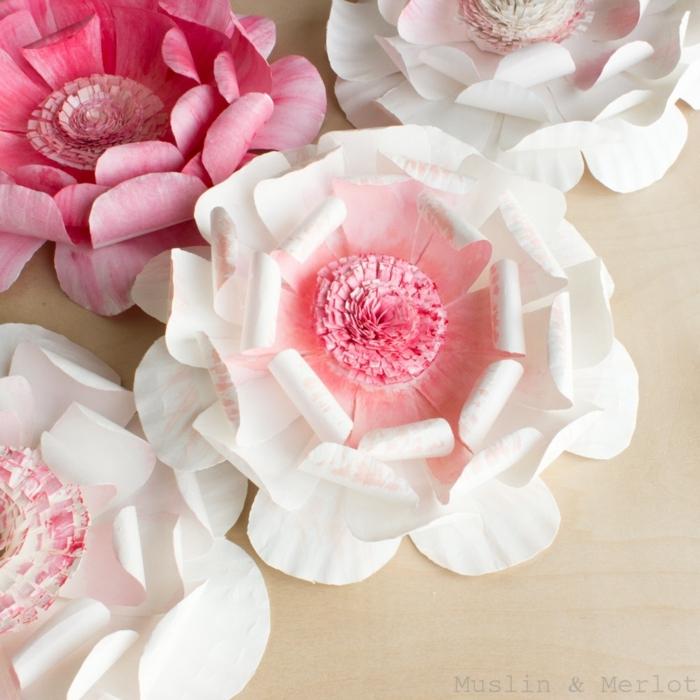 papel crepe, decoración de mesa con flores de papel crepe en blanco y rosado