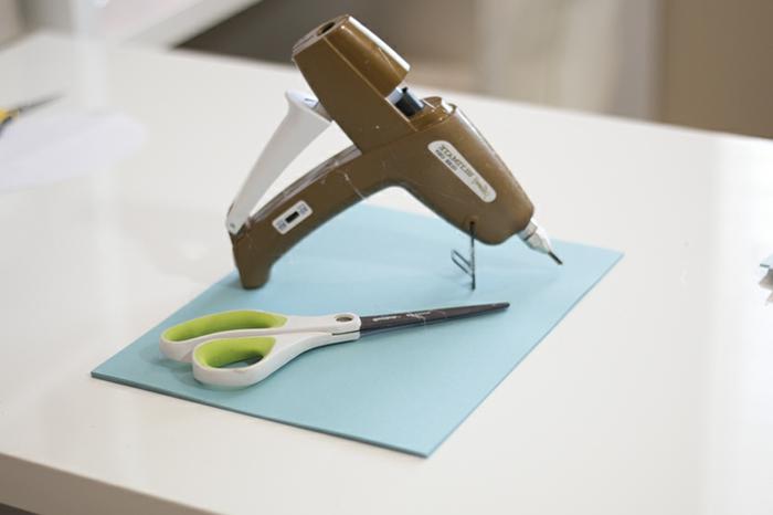papel crepe, folio de papel azul, tijeras y pistola encoladora