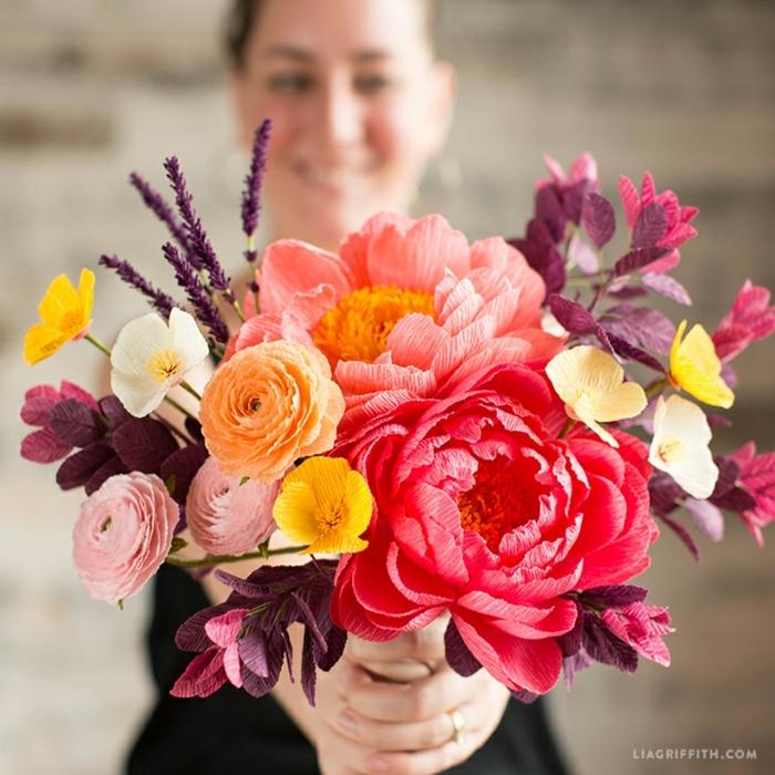 papel crêpe, mujer con bouquet de flores de papel en diferentes colores