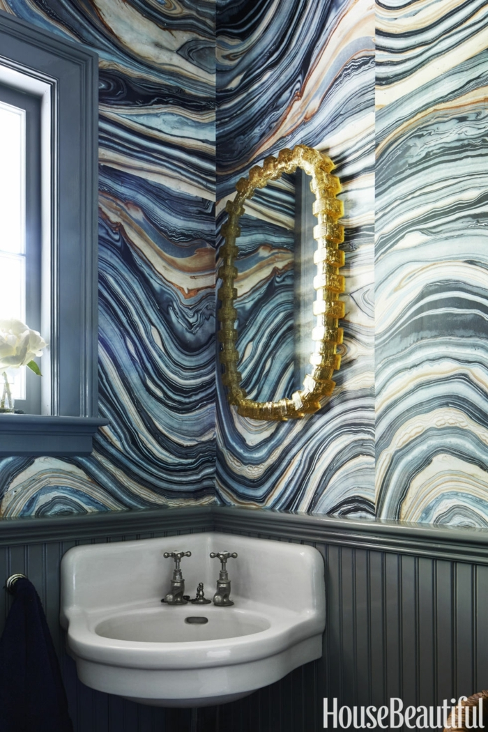decorar baños pequeños, decoración en hondas, espejo grande dorado