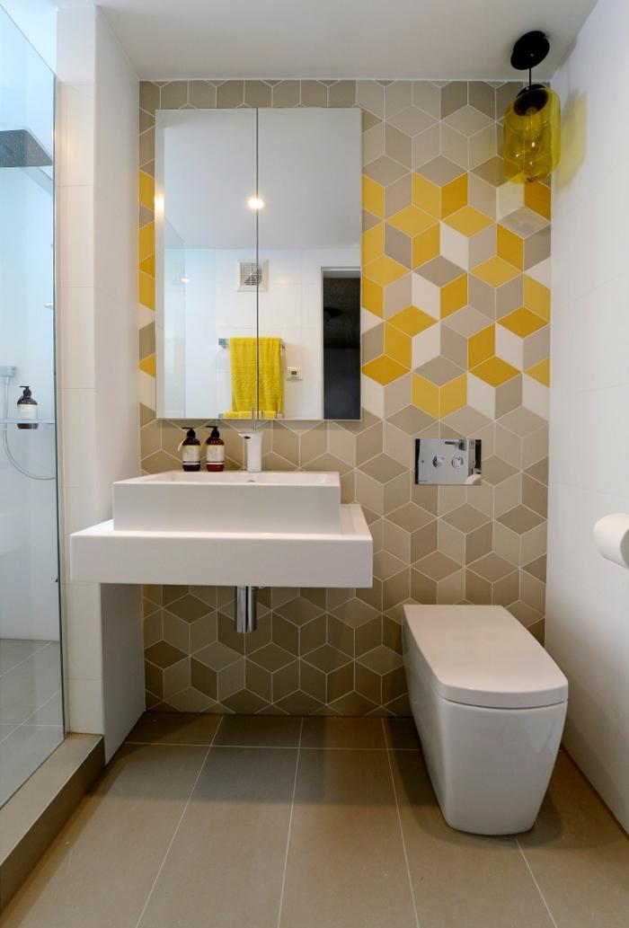 cuartos de baño pequeños, azulejos mosaicos, tonos de beige, espejo grande