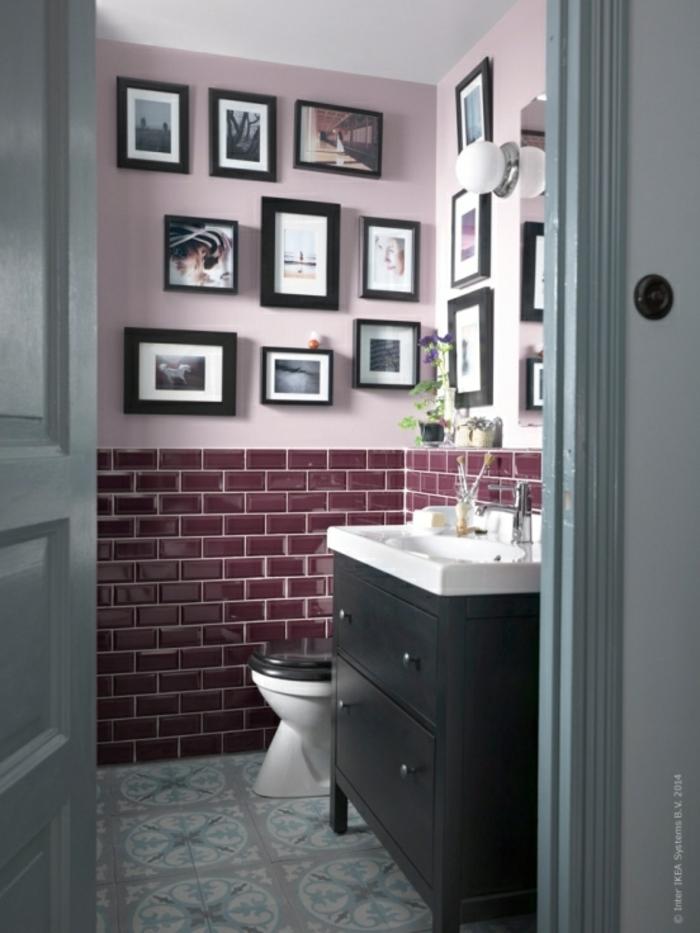 cuartos de baño pequeños, baño decorado en morado y rosado, muchos cuadros