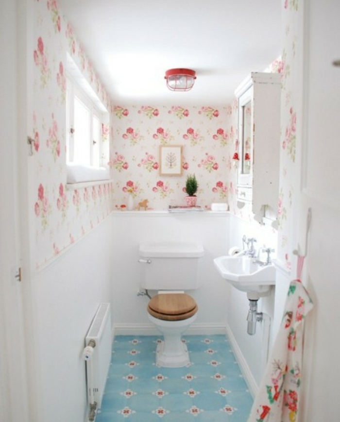 cuartos de baño pequeños, baño romántico, tapices de papel en rosas, suelo azul