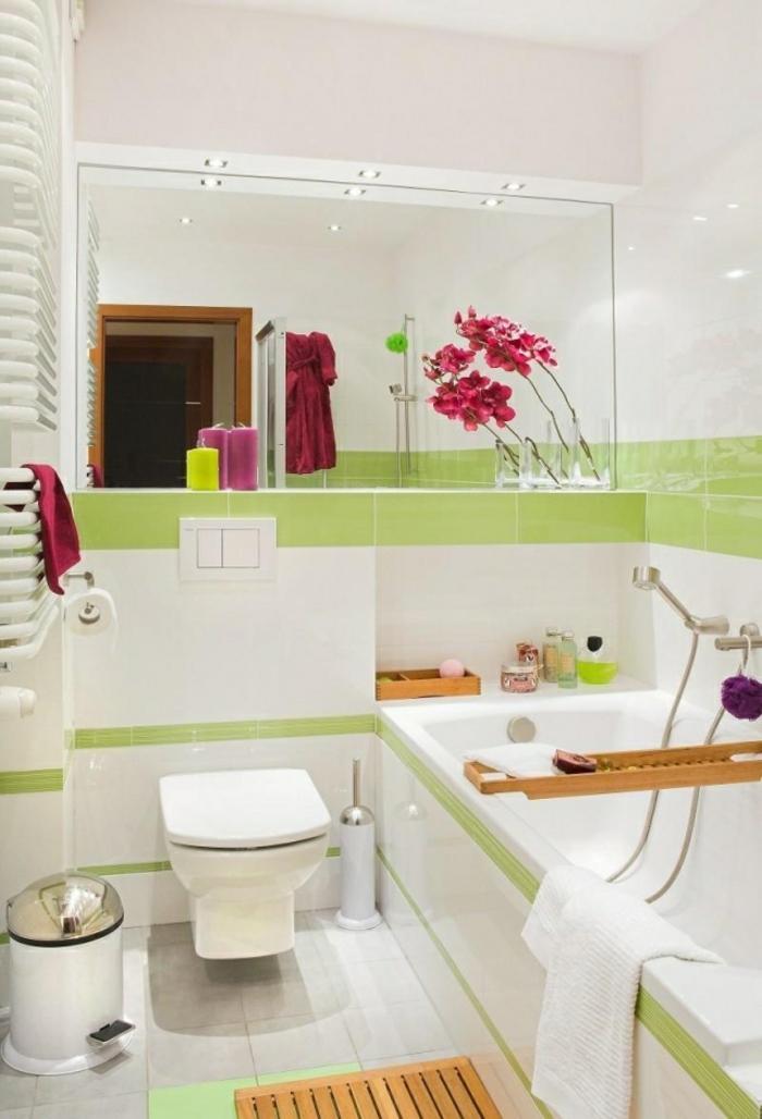 cuartos de baño pequeños, baño clásico, decoración de flores, espejo grande
