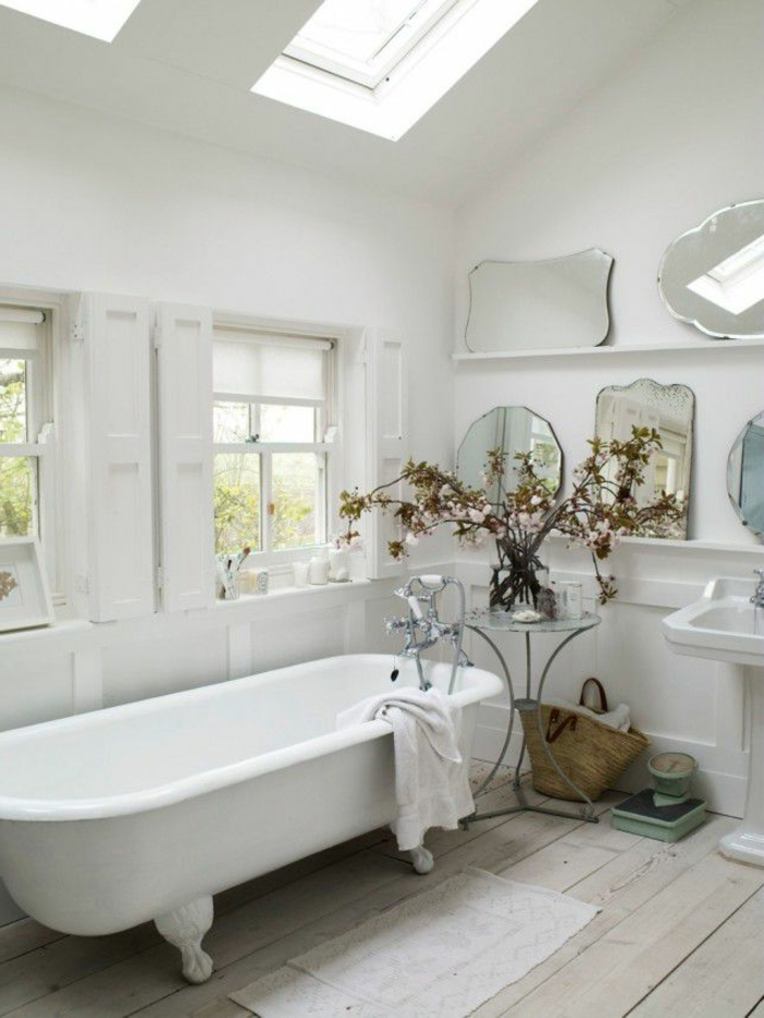 cuartos de baño pequeños, efecto de grandeza, ventanas blancos, flores decorativas