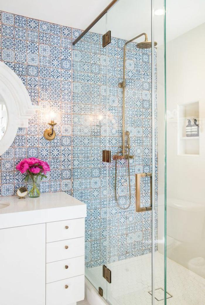 decoracion baños pequeños, azulejos azules, como ganar espacio en el baño