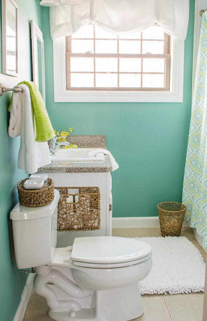 decoracion baños pequeños, baño luminoso, cestas de punto color oro