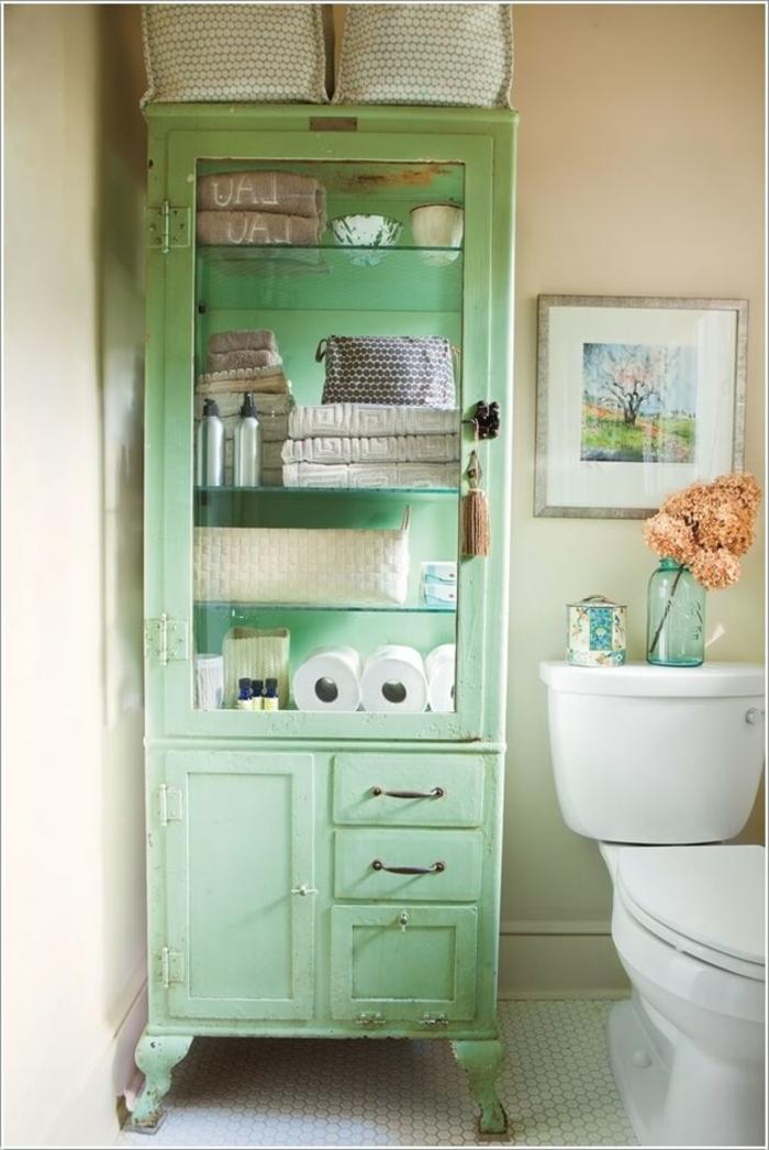 decoracion baños pequeños, armario en verde suave, cuadro decorativo