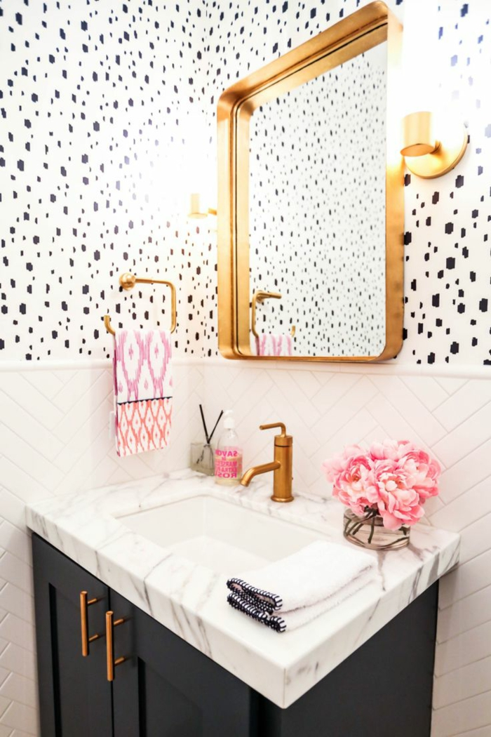 decoracion baños pequeños, tapices de papel en blanco y negro, espejo dorado