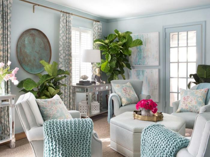 salones modernos, salón clásico con paredes en azul, sillones alrededor de mesa, cojines y grandes plantas verdes