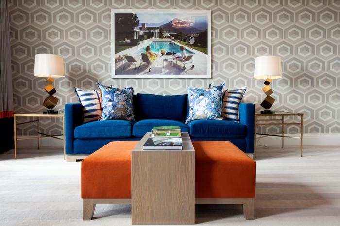 salones modernos, salón simétrico con dos lámparas iguales, papel pintado y cuadro de piscina, taburete naranja
