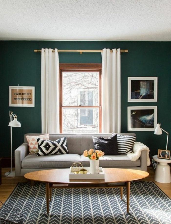 salones modernos, salón pequeño con sofá y mesa elíptica, ventana con cortinas blancas, tapete y paredes oscuras