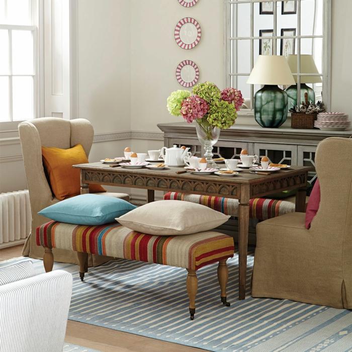 salones modernos, salón comedor con mesa con tetera y tazas, cojines de colores, tapete rayado y espejo