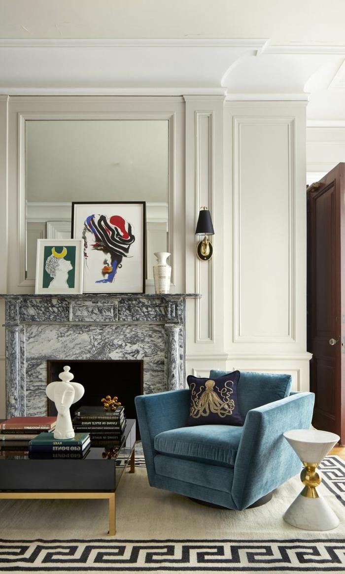 salones modernos, salón pequeño con sofá de terciopelo azul, cojín con pulpo, chimenea de mármol y tapete